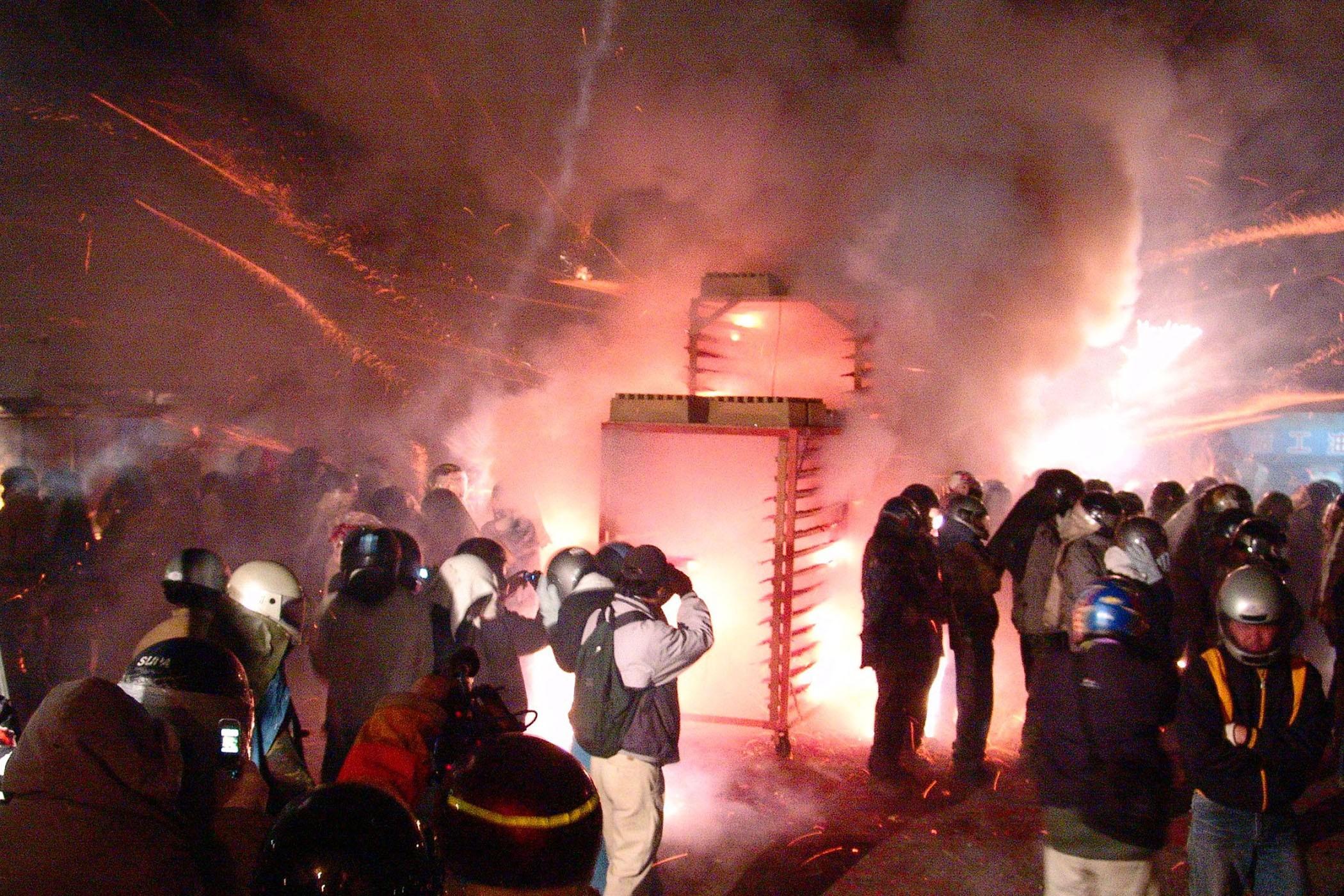 鹽水蜂炮展開,許多熱情民眾圍著享受被炸射的刺激感。
