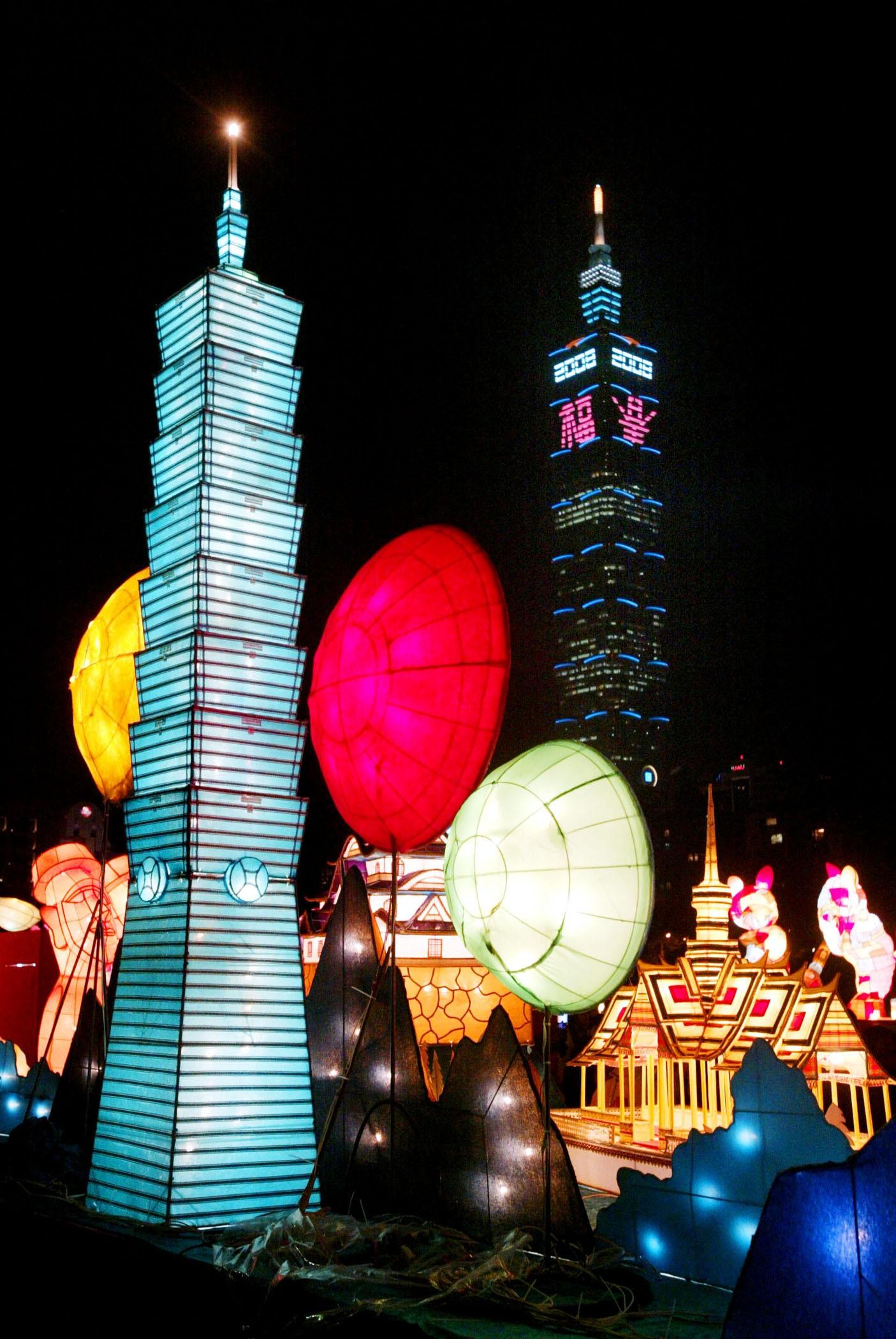 台北燈節國父紀念館的學生燈區,匯集全國優秀作品,展現傳統技藝教育成果。