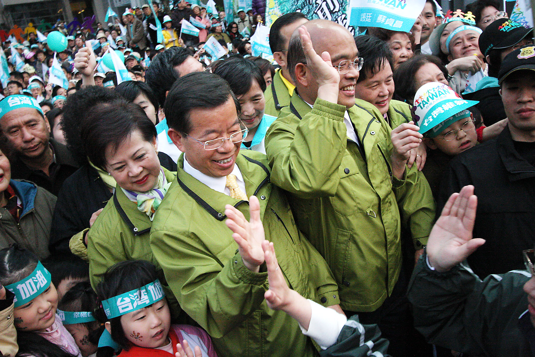 Democratic Progressive Party presidential candidate Frank Hsieh, center left, and DPP vice presidential candidate