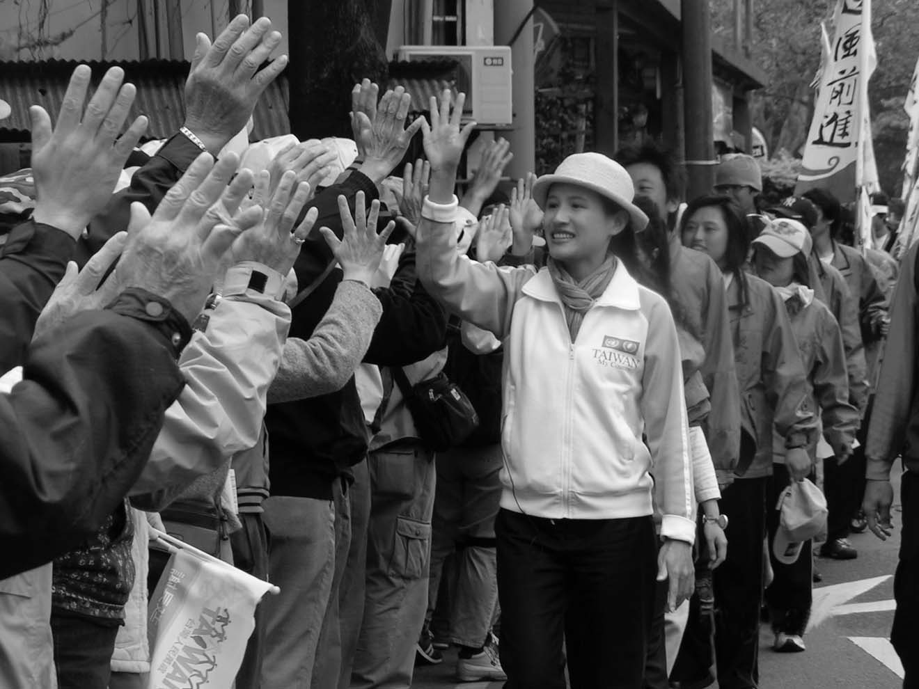 Former National Youth Commission Chairperson Cheng Li-chun led marchers and gave high-fives to supporters as participants arrived in Hsinchu.