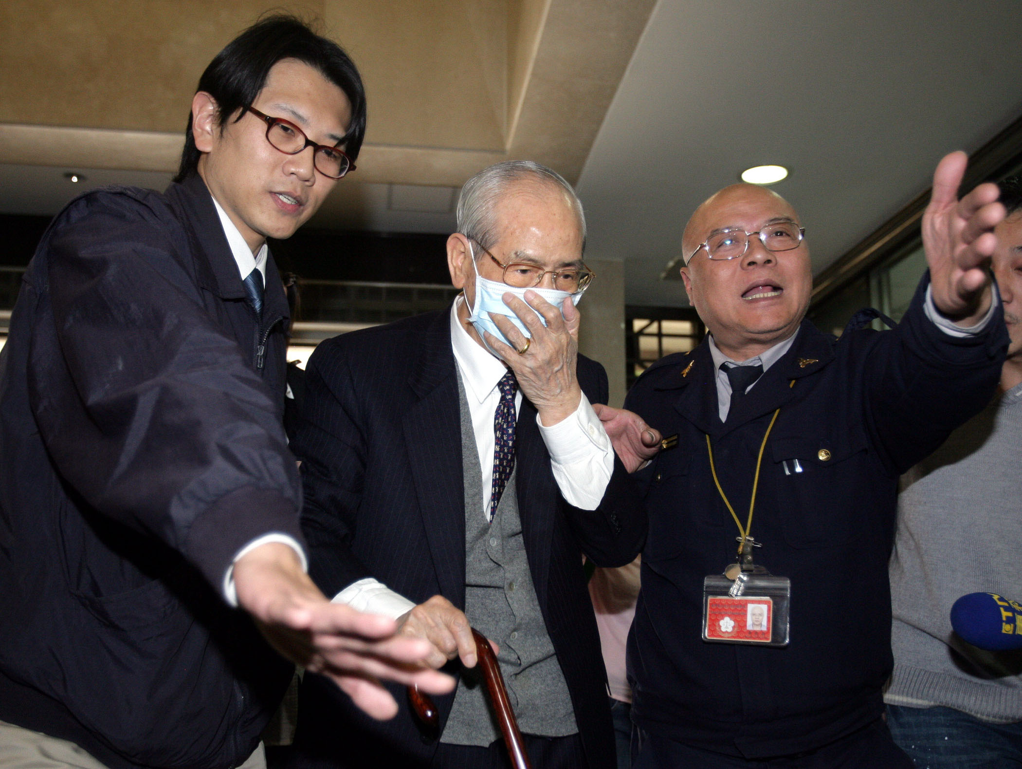 Hsu Sheng-fa, center,  is subpoenaed by the prosecutor for questioning in Taipei yesterday.