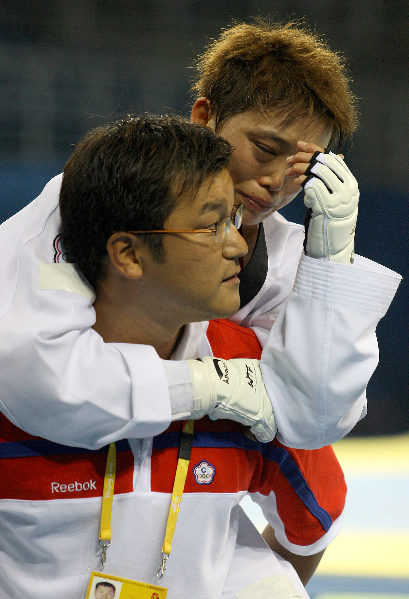 Su Li-wen is carried by her coach after losing her match.