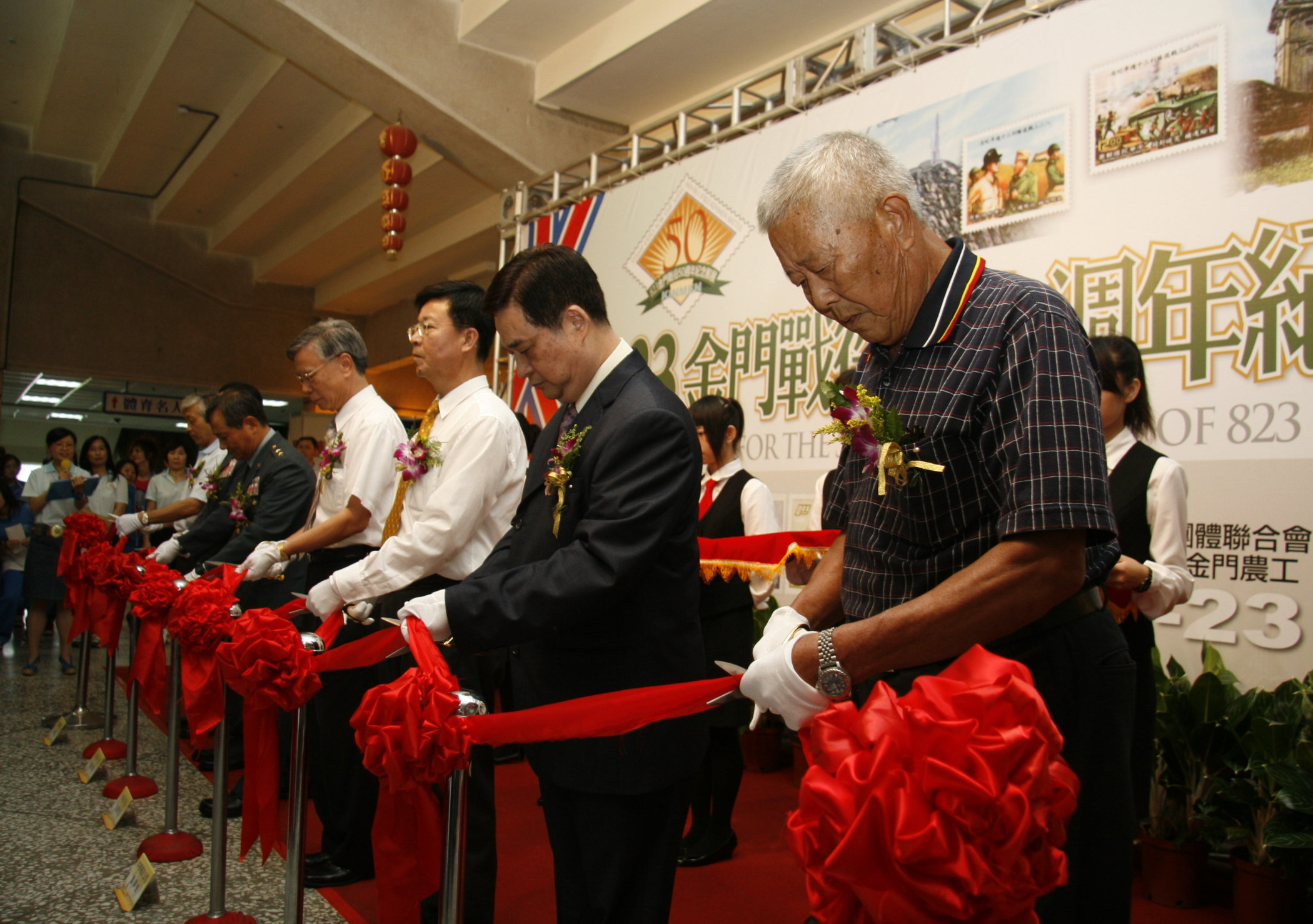 A group of retired postmen who worked on the island of Kinmen during the 1958 artillery battle between Taiwan and China cut the ribbon to unveil a spe...