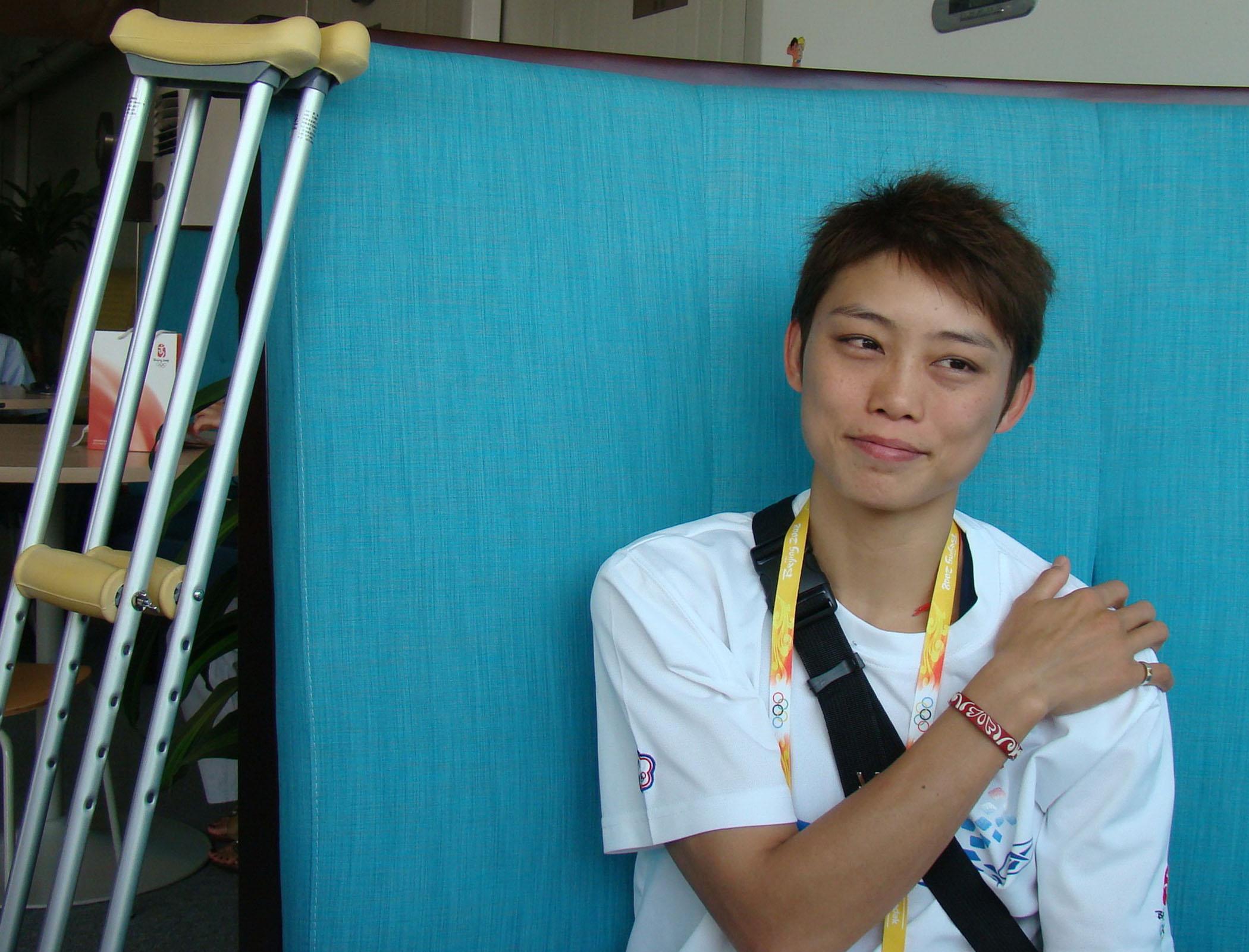 中華奧運跆拳選手蘇麗文在北京奧運浴血奮戰,左膝兩條韌帶受傷,腳趾骨折,目前只能拄拐杖行走,仍希望能參加二十四日的奧運閉幕式。