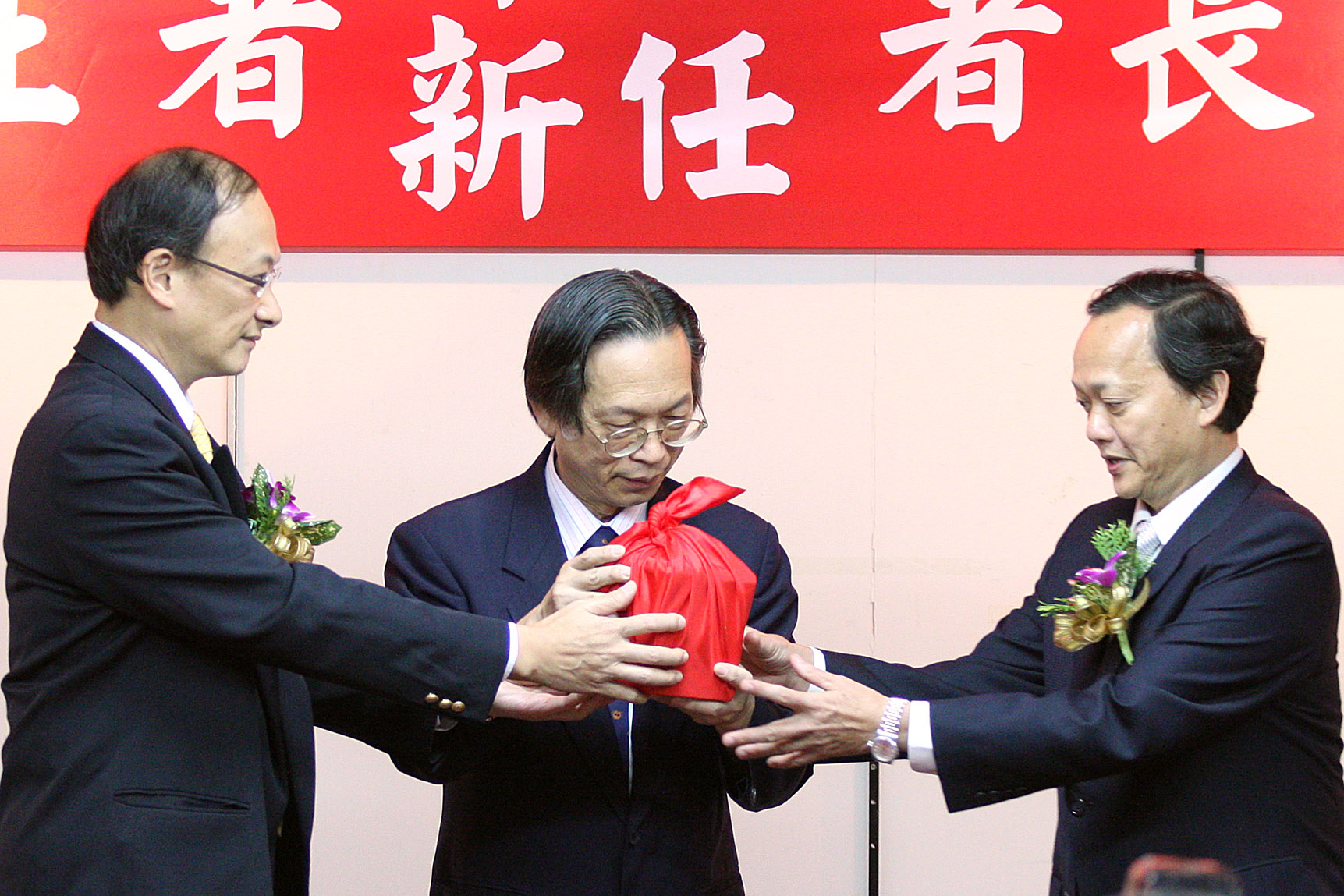 Former Minister of Health Lin Fang-yue, left, hands over the official seal to new Minister Yeh Ching-chuan, right, at a ceremony held in Taipei yester