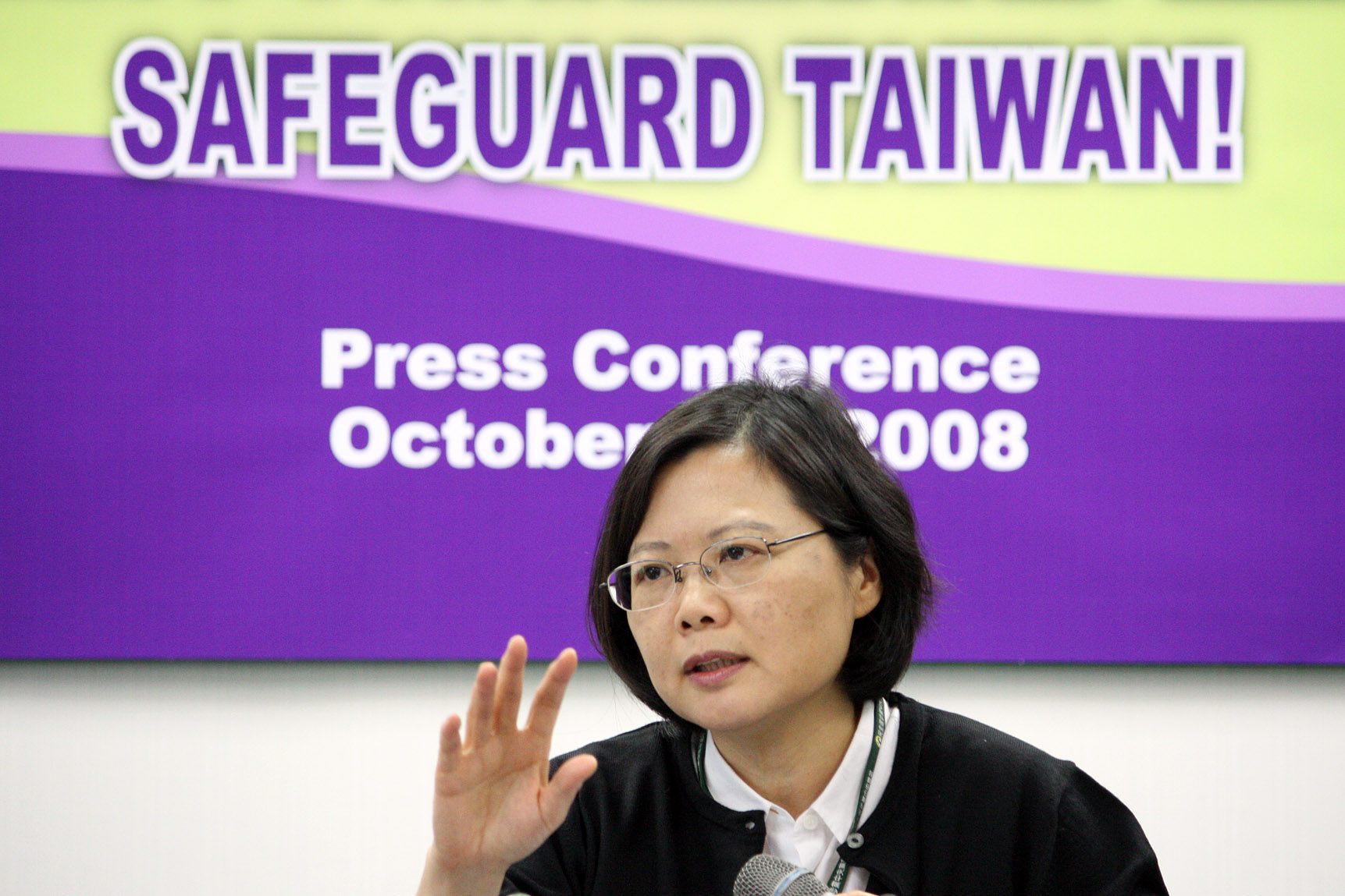 DPP Chairwoman Tsai Ing-wen speaks during a international press conference yesterday about today's rally.