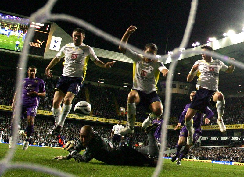 Tottenham Hotspur's Robbie Keane, left, watches as Everton Tim Howard, bottom, tries to gather the ball as David Bentley, 2nd right, and Gareth Bale, ...