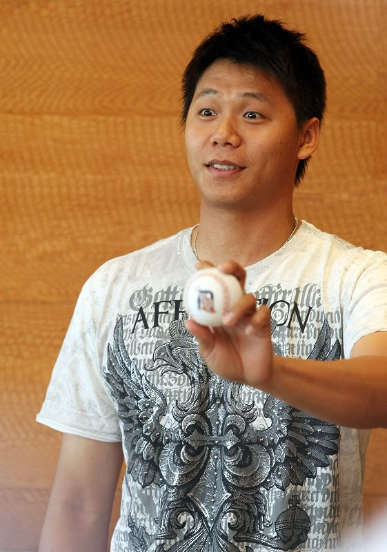 Detroit Tigers left-hander Ni Fu-te holds a baseball in his hand for picture in a tea session with local media in Taipei yesterday.