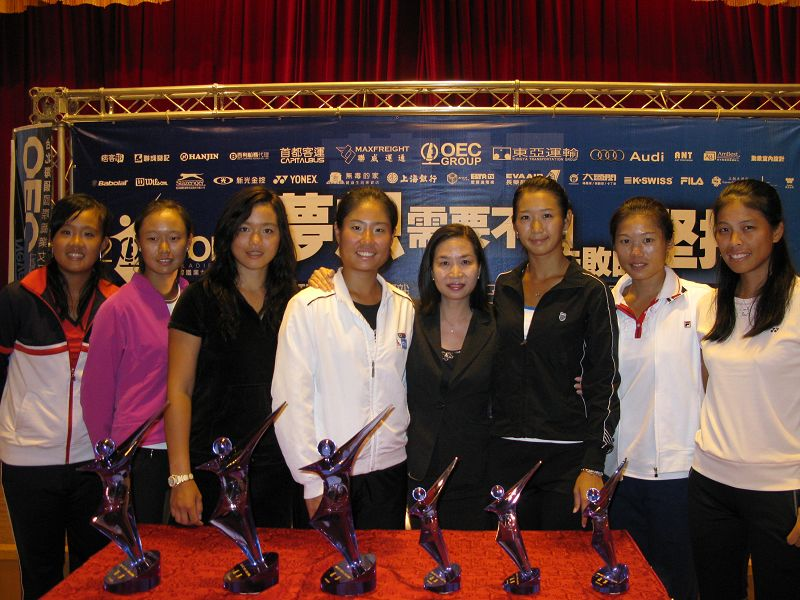 Before the Open and took a picture with all the women's tennis players at Sunworld Dynasty Hotel Taipei.
