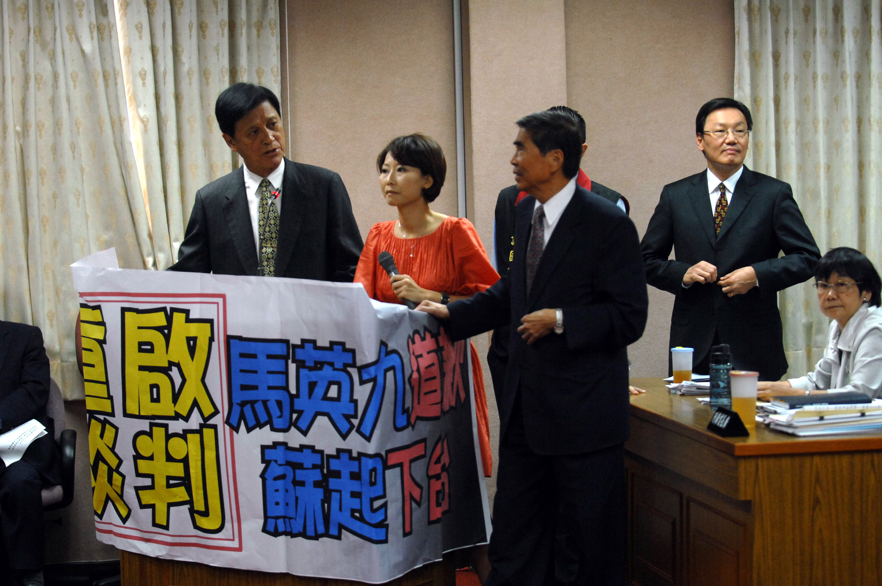 """Opposition DPP lawmakers hold up a banner reading """"Ma to apologize, Su to step down,' in an attempt to stop National Security Council Secretary-Genera..."""
