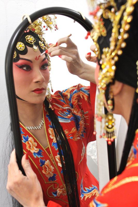 """An actress of the Lanting Kun Opera Troupe puts on makeup for the performance of """"Palace of Eternity"""" at the National Palace Museum."""