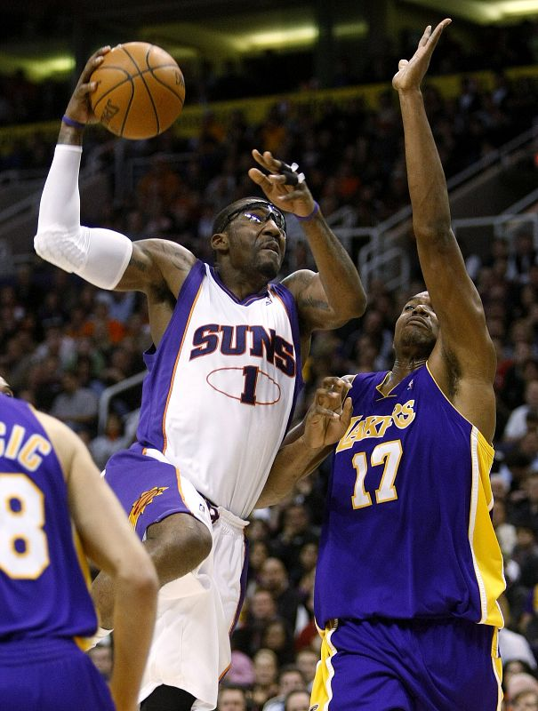 Phoenix Suns' Amare Stoudemire (1) shoots over Los Angeles Lakers' Andrew Bynum (17) during the second half of an NBA basketball game on Monday in Pho...