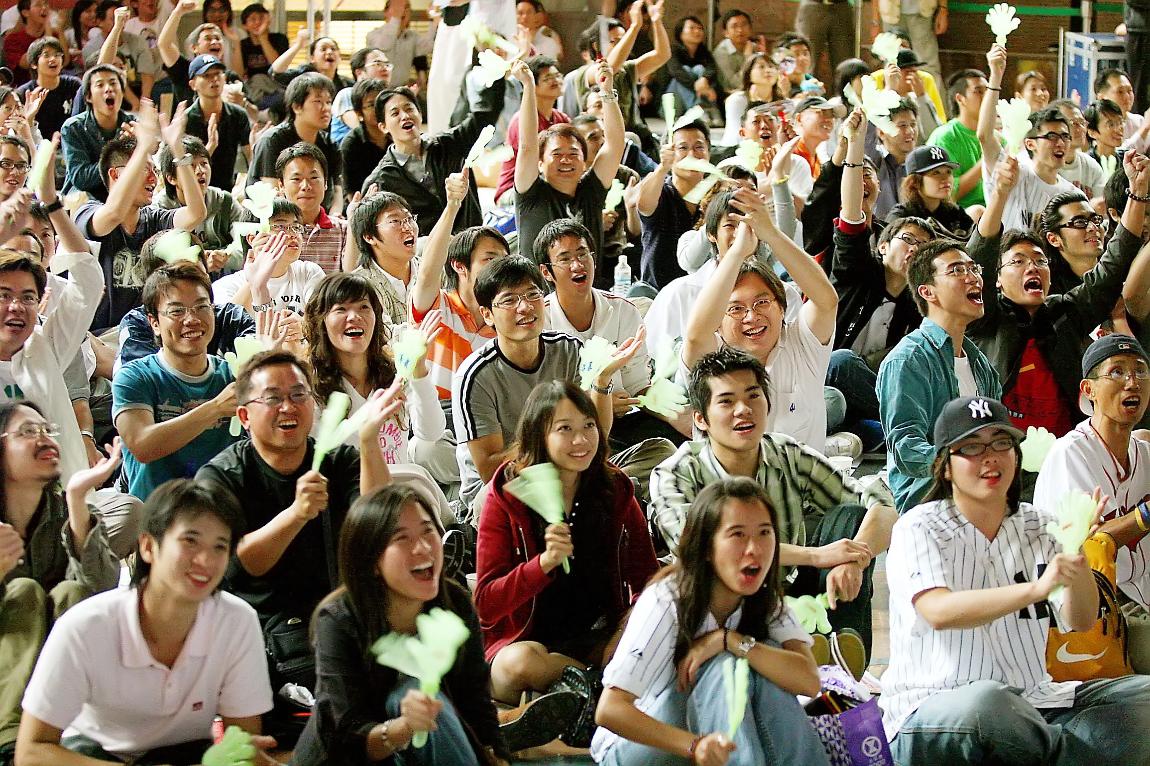Hundreds of fans cheer for Wang Chien-ming in front of a huge screen at the Core Pacific Living Mall in Taipei