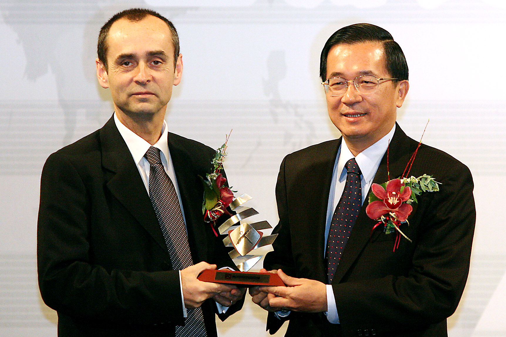 President Chen Shui-bian, right, gives the 2006 Asia Democracy & Human Rights Award to Reporters sans Frontieres Secretary General Robert Menard, who ...