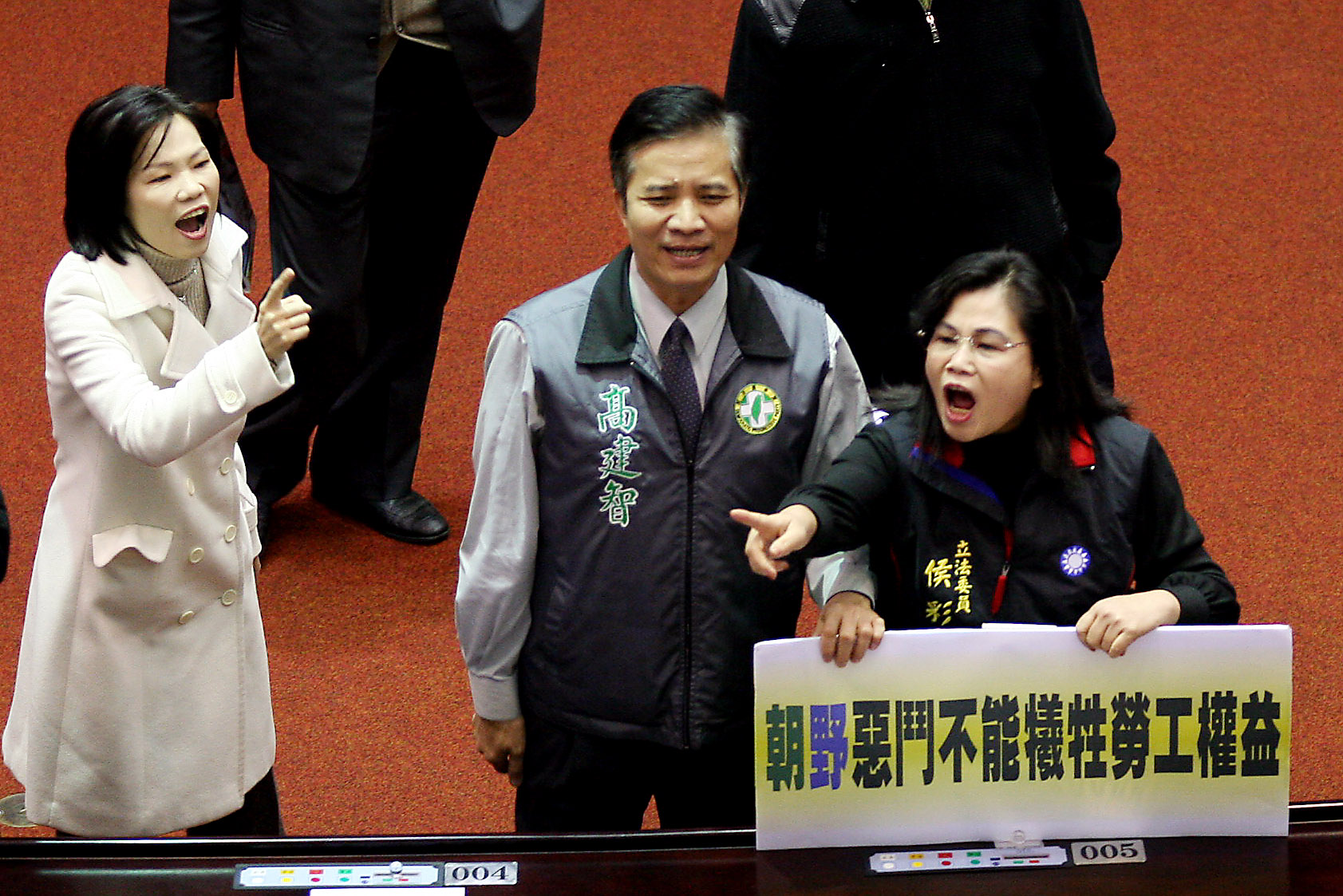 立法院一月二十九日朝野協商決定不召開臨時會,會後國民黨委員侯彩鳳(右)與民進黨委員唐碧娥(左)互相吶喊口號表示抗議。