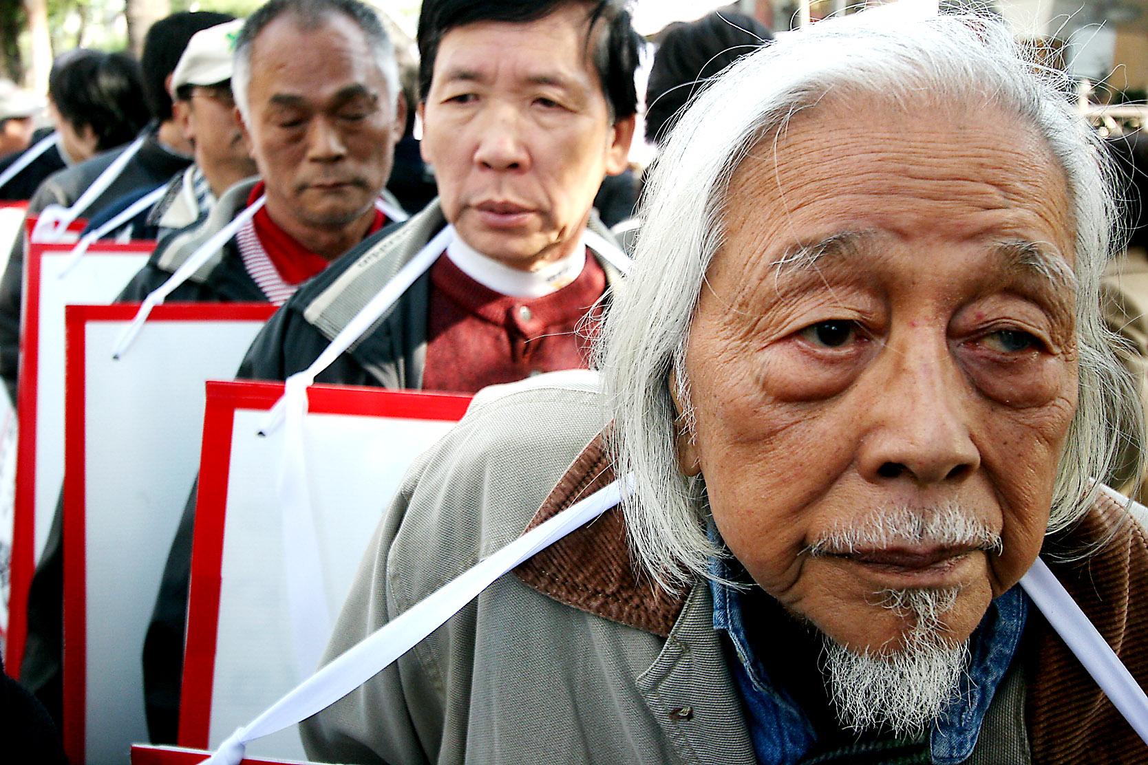 一月二十九日整治濫權國會聯盟成員於立法院外抗議泛藍擱置政府預算案。