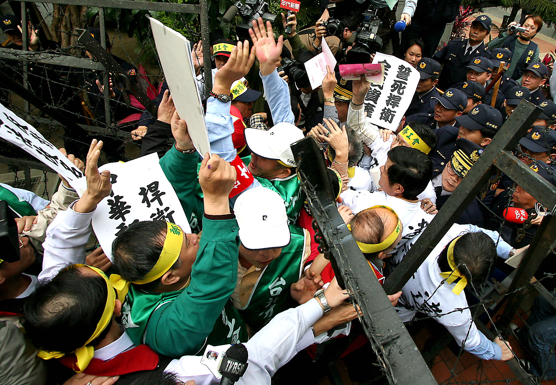 Protesters get into a conflict with police, February 12, 2007, at a name-change ceremony of Taiwan Post Co., Ltd.