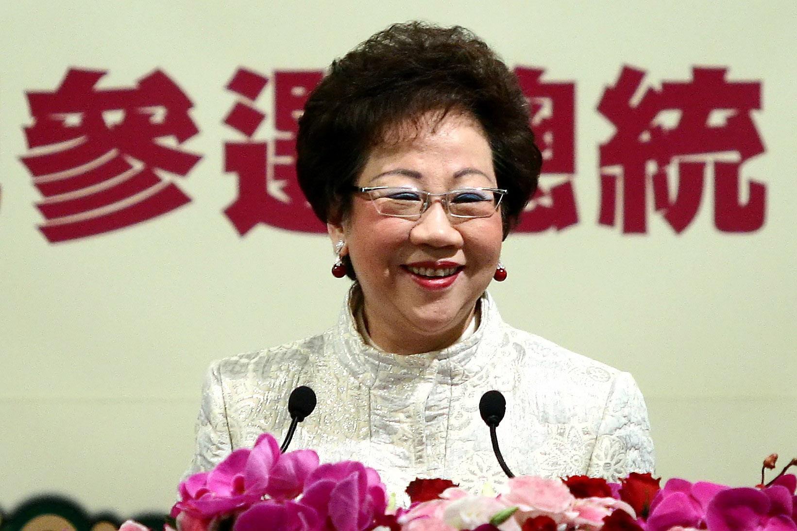 三月六日副總統呂秀蓮於台北宣佈參選總統,身後的中文字是參選總統。