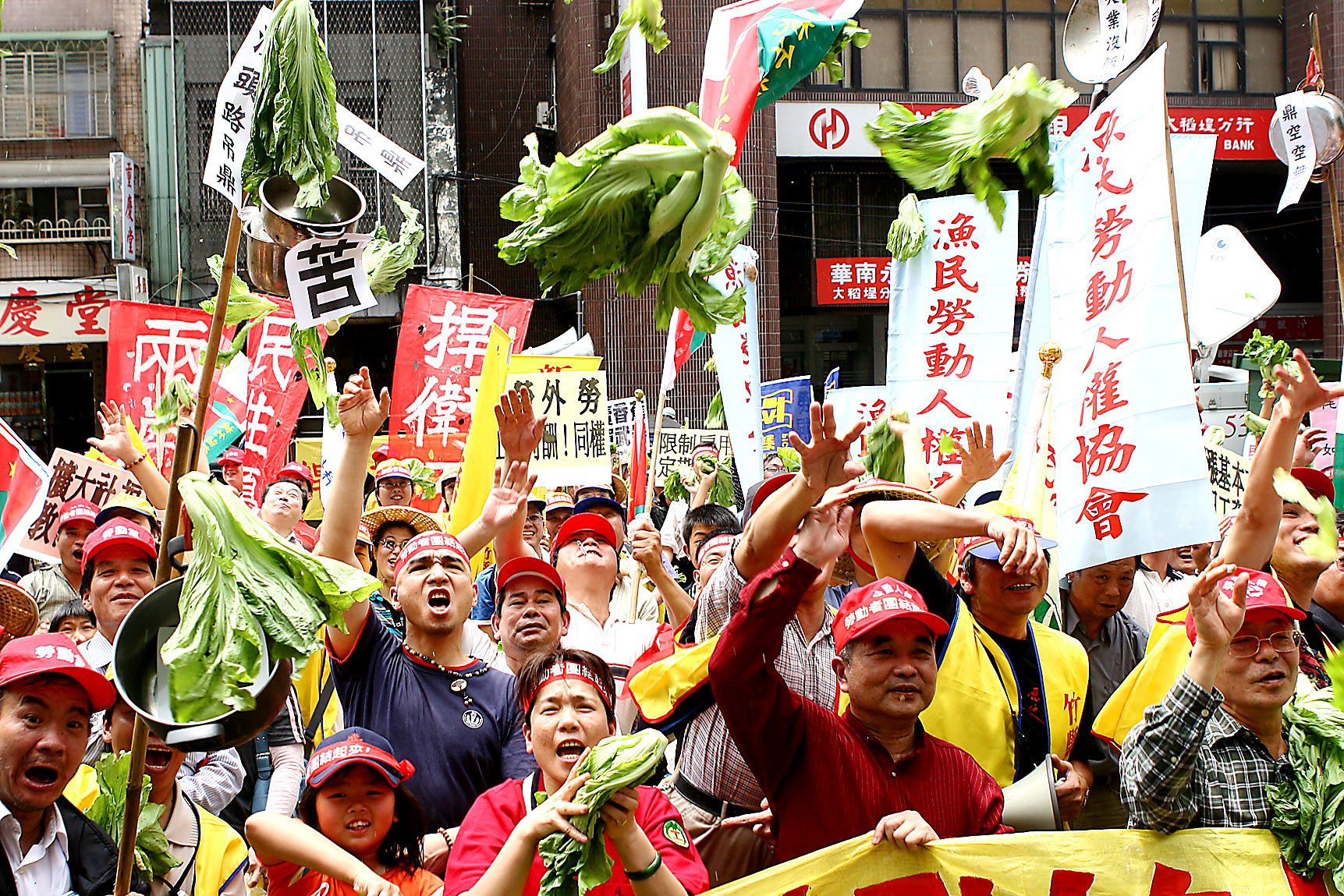 Labor group members throw vegetables at the Council of Labor Affairs, April 29, 2007, in Taipei. Protesters claim the 7.5-9.5% minimum wage increase t...