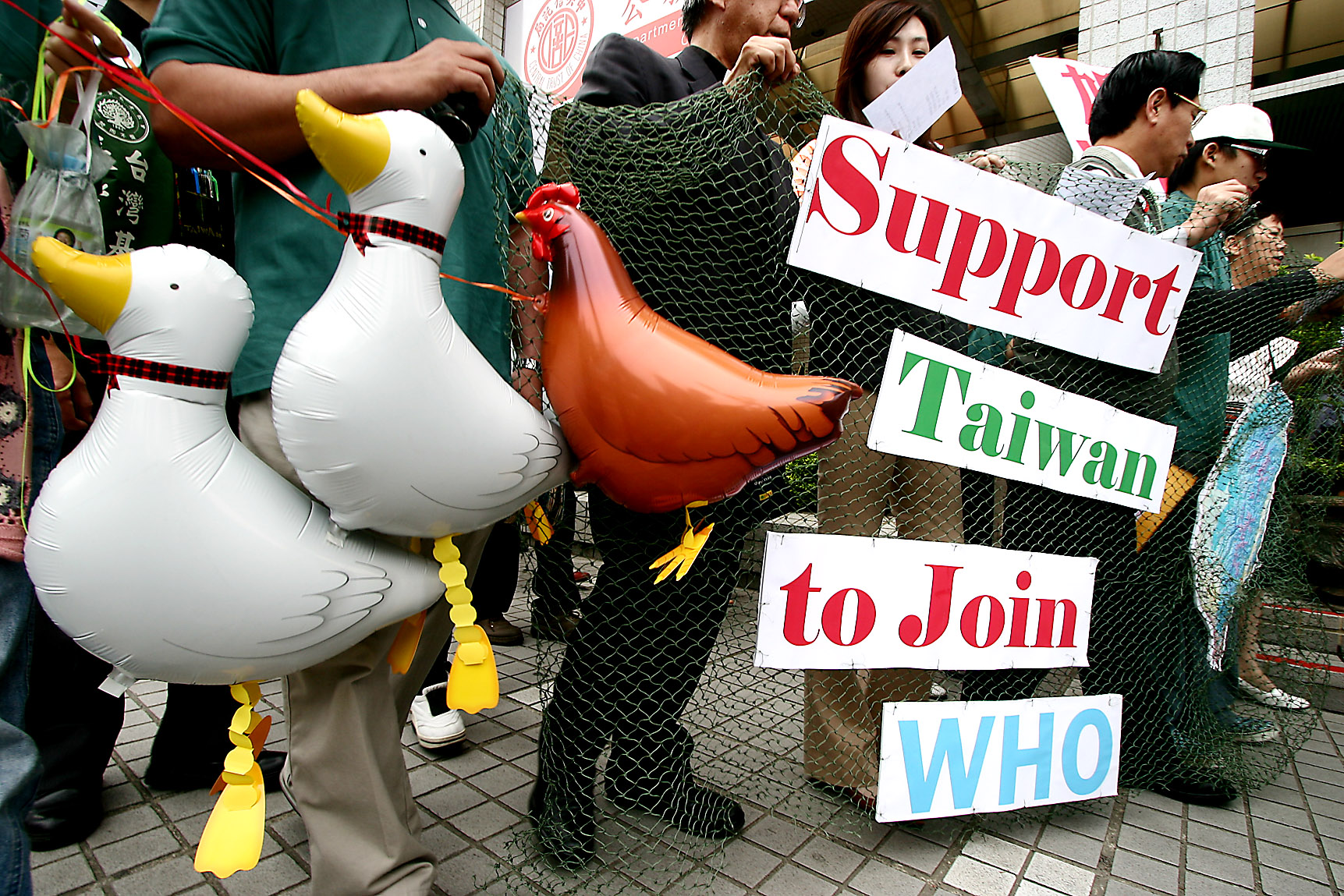Protesters march towards American Institute in Taiwan, May 2, 2007, to express their opinion of supporting Taiwan to join World Health Organization.