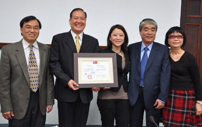 Mayor Hsu awards commendation to Guo Fang-Ling