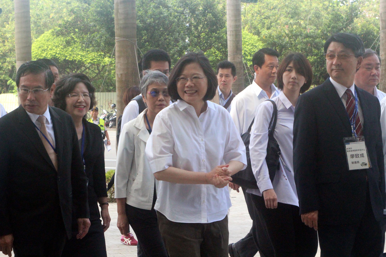 Tsai slumps in latest TISR poll