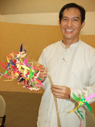 Renato Deveza holds a cluster of handmade buri birds. / Nancy T. Lu, Taiwan News