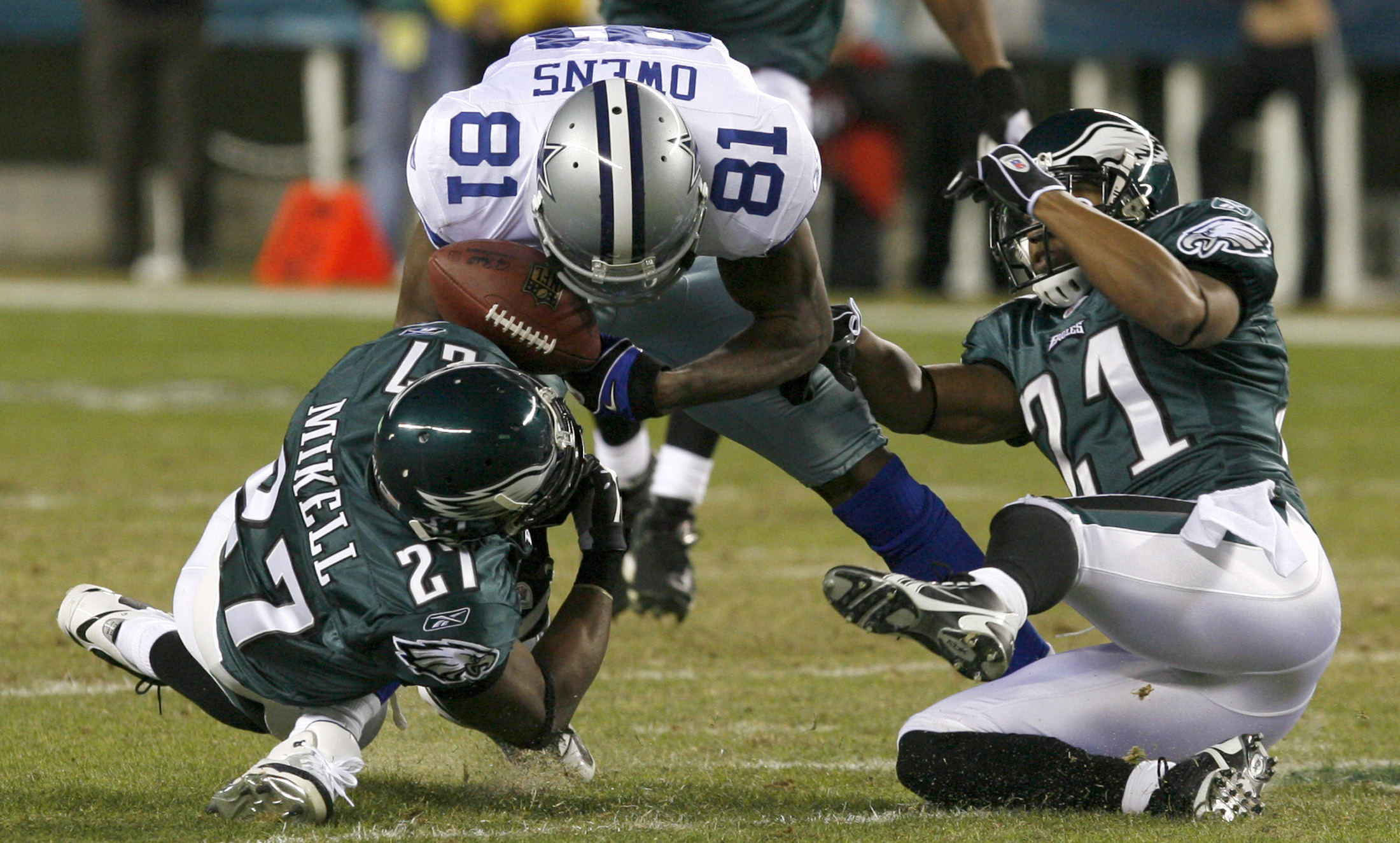 Philadelphia Eagles cornerback Joselio Hanson, 21, and safety Quintin Mikell, 27, break up a pass intended for Dallas Cowboys receiver Terrell Owens, ...
