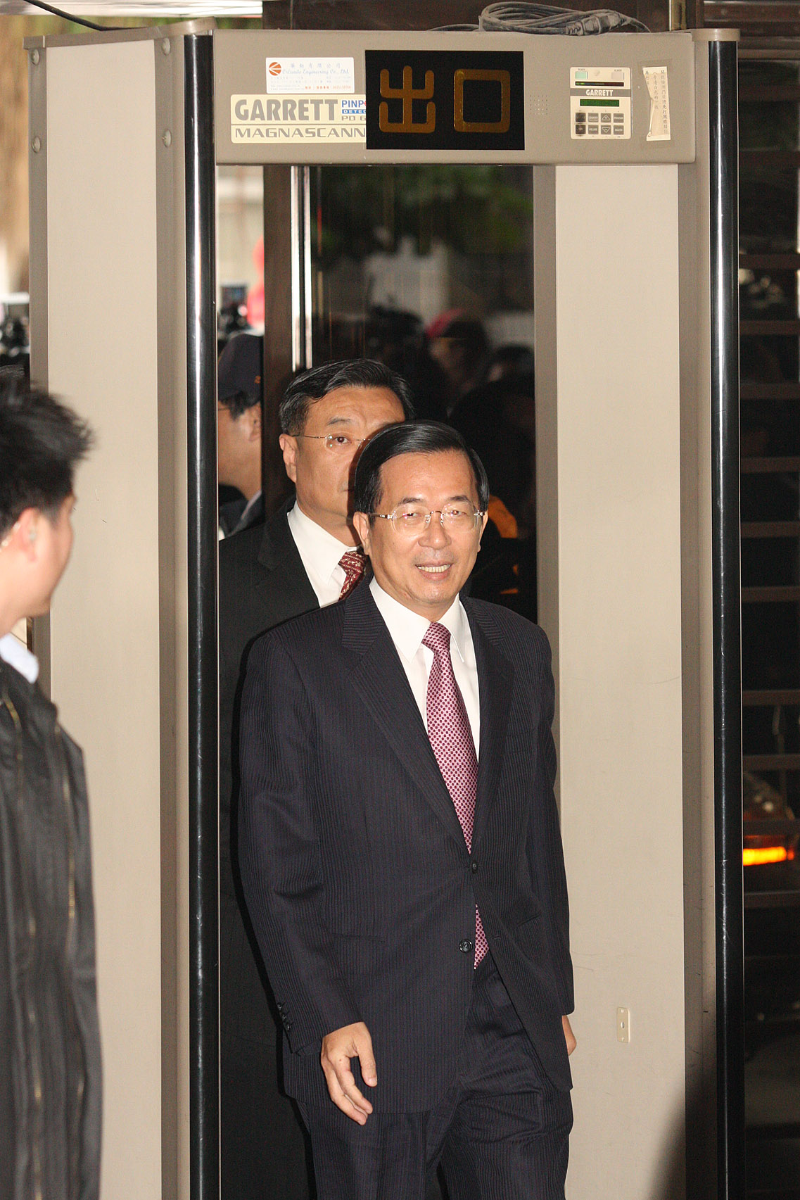 Former President Chen Shui-bian walks into the Taipei District Court yesterday for a custody hearing.