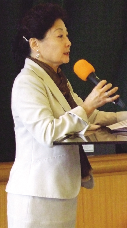 Lena Ou, wife of Foreign Minister Francisco H.L. Ou, shares with members of the World Association of Women Journalists and Writers (ROC Chapter), her ...