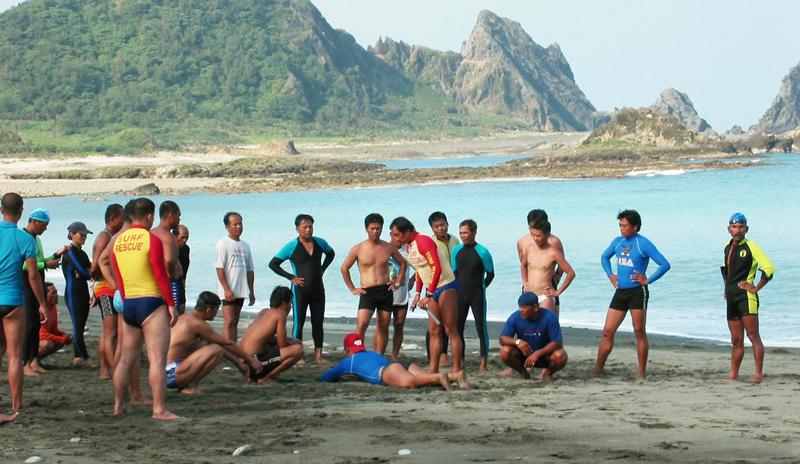 中華民國水上救生教練 不畏風雨訓練蘭嶼救生班