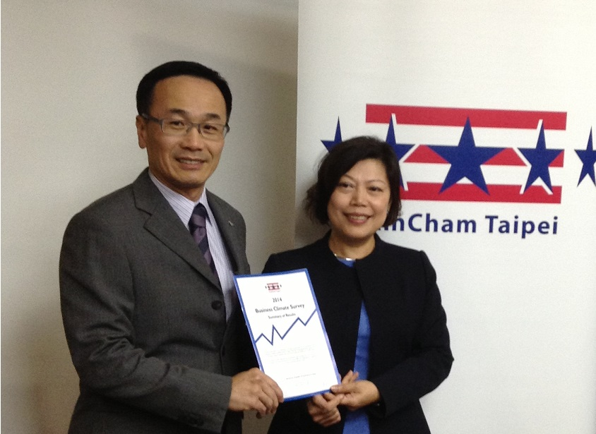 The American Chamber of Commerce in Taipei (AmCham) Chairman Thomas Fann (left) and AmCham President Andrea Wu (right) posed with a booklet of the 201...