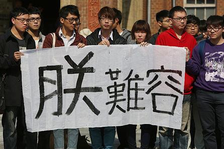 Deng Chu-mei extends a hand to NCKU President, committee