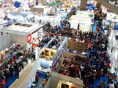 The Taipei International Travel Fair set a new single-day attendance record Sunday, welcoming the largest crowds in its 28-year history as the rainy w