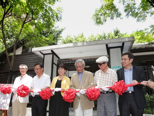 A poetry fair was held in Taipei on Sunday to help independent publishers and poetry societies promote their publications.  Around 20 independent pu...