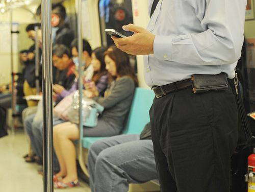 Taiwanese spend over an hour a day on LINE, Facebook: poll