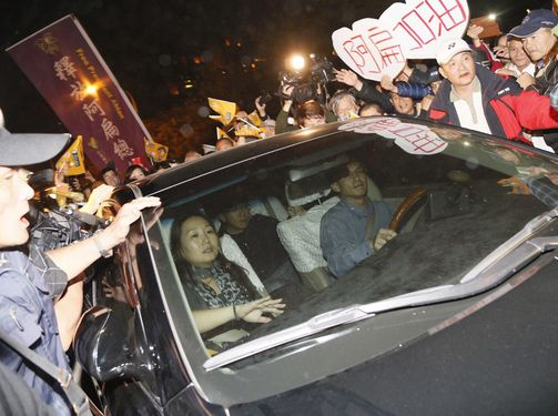 Former President Chen Shui-bian was welcomed home in Kaohsiung on Monday night by several thousands of his supporters after being released from Taichu...