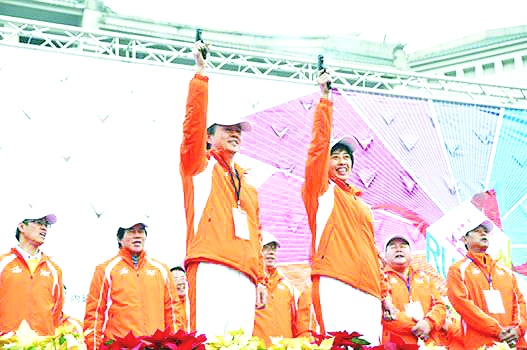 Kinmen County Vice Magistrate Lin Te-kung (front left) and  Speaker of Kinmen County Council Hung Li-ping (front right) jointly trigger the startpisto...