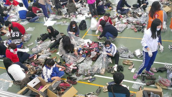 More than five hundred volunteers in New Taipei on Saturday helped to clean, pack and move some 100,000 pairs of secondhand shoes that will be shipped...