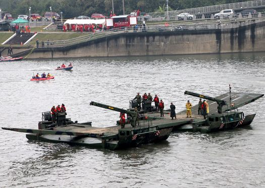 Servicemen, M3 rigs continue to seek survivors of Taipei plane crash