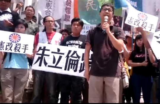 Protesters throw eggs at KMT headquarters