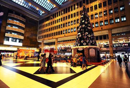 A giant Christmas tree situates inside Taipei railway station.