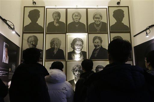 圖為12月29日一群南韓高中生參觀慰安婦回顧展。日本統治時期許多南韓女性被強迫帶入慰安所對日本士兵進行性服務,給這群女性留下人生中最黑暗的...