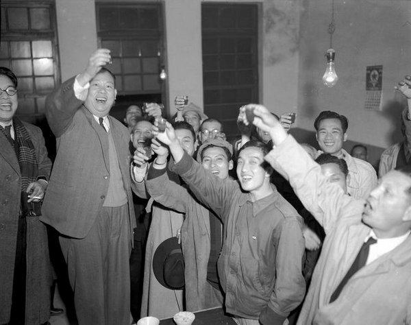 吳三連(左二)於1951年1月7日獲悉以65.5%高票當選中華民國首都臺北市第一屆民選市長後在辦事處與支持者舉杯同歡。(圖片來源:維基百科...