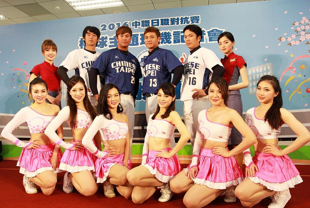 中華挺中華,華航空服啦啦隊與中華職棒球員合影。