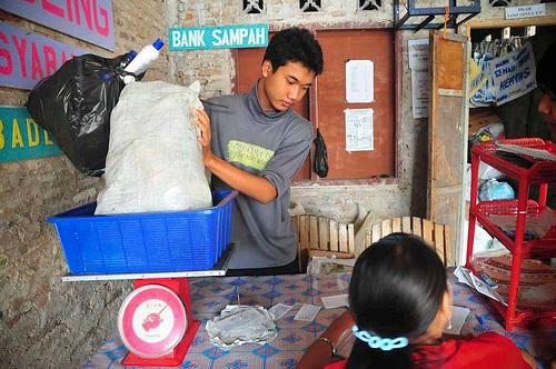 圖為印尼一家垃圾銀行內部(圖片翻攝自Worldwatch網站)