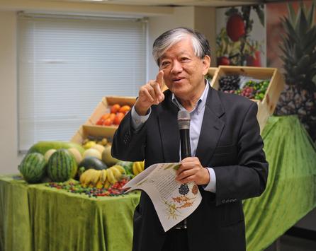 〈檔案照片〉義美總經理高志明(圖)6日在台北義美公司發表親撰新書「遠離毒蔬.果」,並在記者會上暢談蔬果食安。中央社記者王飛華攝 104年6...