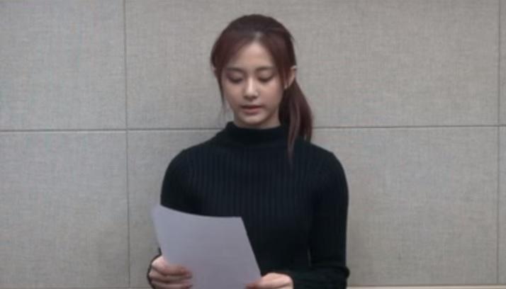 韓國JYP公司旗下女子團體組合「TWICE」中的16歲台灣藝人周子瑜,因揮舞國旗遭中國抵制,台灣網友大力聲援她。