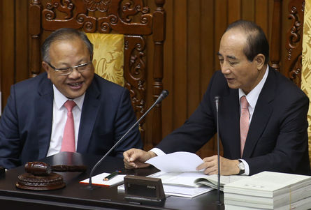 Legislative Secretary-General Lin Hsi-shan (left) was being investigated for corruption, reports said Tuesday.