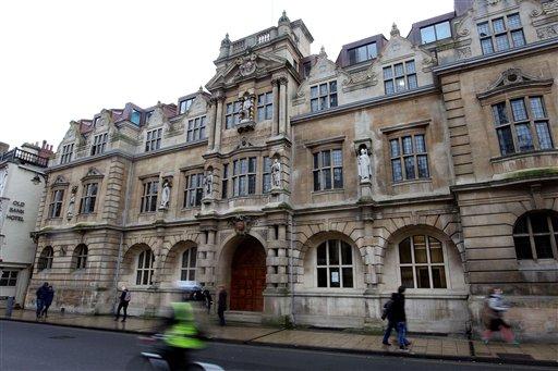 牛津大學奧里爾學院(Oriel College)學生要求學校撤除羅德雕像,後遭拒絕。